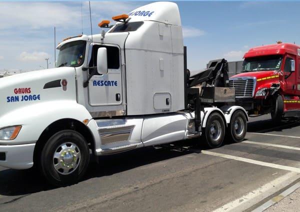 Remolque y traslado de camiones y buses.